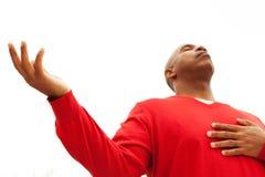 Hombre del afroamericano con los brazos abiertos Foto de archivo libre de regalías