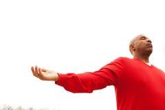 Hombre del afroamericano con los brazos abiertos Fotografía de archivo