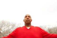 Hombre del afroamericano con los brazos abiertos Fotos de archivo