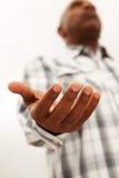 Hombre del afroamericano con los brazos abiertos Foto de archivo