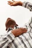 Hombre del afroamericano con los brazos abiertos Imágenes de archivo libres de regalías