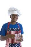 Hombre del afroamericano en el sombrero y el delantal del cocinero foto de archivo