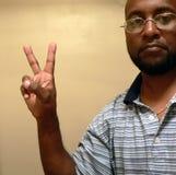Hombre del afroamericano que gesticula una paz sign2 Foto de archivo libre de regalías