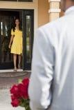 Hombre del afroamericano que trae las flores a la esposa Imagen de archivo
