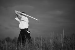 Hombre del Aikido con la espada Fotos de archivo