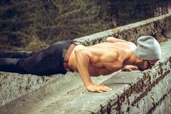 Hombre del ajustado que hace pectorales al aire libre Imagenes de archivo
