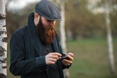 Hombre del artilugio Retrato al aire libre de un individuo blanco brutal joven con la barba grande y en Internet que practica sur Fotografía de archivo libre de regalías