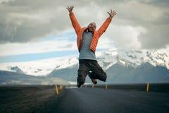 Hombre del autostopista del viaje en un camino fotografía de archivo libre de regalías