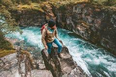 Hombre del aventurero que camina solamente vacaciones extremas de la forma de vida activa imagen de archivo libre de regalías
