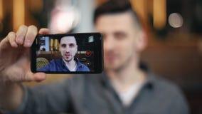 Hombre del Blogger que habla en el vídeo por Smartphone almacen de video