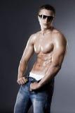 Hombre del Bodybuilder en negro Imágenes de archivo libres de regalías