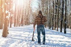 Hombre del bosque del invierno del abedul con el hacha Imágenes de archivo libres de regalías