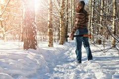 Hombre del bosque del invierno del abedul con el hacha Imagen de archivo