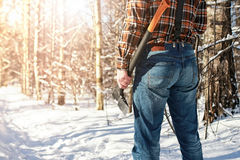 Hombre del bosque del invierno del abedul con el hacha Fotografía de archivo