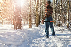 Hombre del bosque del invierno del abedul con el hacha Fotos de archivo libres de regalías