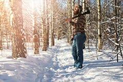 Hombre del bosque del invierno del abedul con el hacha Fotografía de archivo libre de regalías
