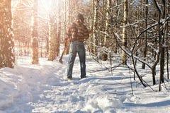Hombre del bosque del invierno del abedul con el hacha Imagenes de archivo