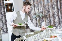 Hombre del camarero en restaurante Fotografía de archivo