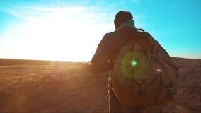 Hombre del caminante de la silueta de backpacker vista lateral de la persona de la puesta del sol de la luz del sol del vídeo de  almacen de video