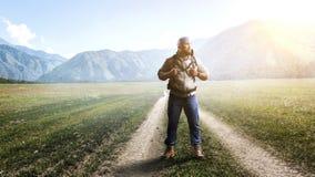 Hombre del caminante en técnicas mixtas del bosque stock de ilustración