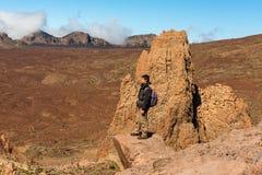 Hombre del caminante que camina el parque nacional Tenefire de Teide fotografía de archivo