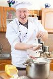 Hombre del cocinero en cocina Imagenes de archivo