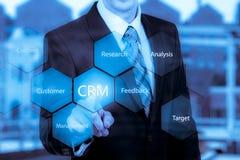 Hombre del concepto de la gestión de la relación del cliente que selecciona CRM Imágenes de archivo libres de regalías