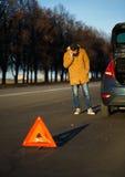 Hombre del conductor que examina los coches dañados del automóvil Foto de archivo
