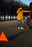 Hombre del conductor que examina los coches dañados del automóvil Fotografía de archivo