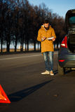 Hombre del conductor que examina los coches dañados del automóvil Fotos de archivo libres de regalías