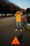 Hombre del conductor que examina los coches dañados del automóvil Imágenes de archivo libres de regalías