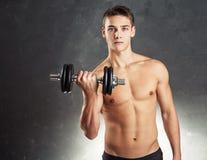 Hombre del culturista que ejercita con pesa de gimnasia Fotos de archivo