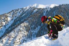 Hombre del deporte en montañas nevosas Fotos de archivo