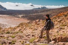 Hombre del deporte encima de la montaña Canario de Tenerife Fotos de archivo