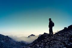 Hombre del deporte encima de la montaña Canario de Tenerife imagenes de archivo
