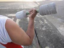 Hombre del deporte que hace ejercicio con pesa de gimnasia Imagenes de archivo