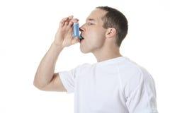 Hombre del deporte que usa una bomba del asma Imagen de archivo libre de regalías
