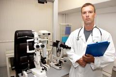 Hombre del doctor con el estetoscopio y el sujetapapeles Imágenes de archivo libres de regalías