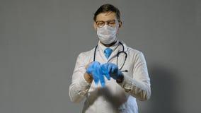 Hombre del doctor en la capa blanca en el fondo gris, concepto de la medicina metrajes