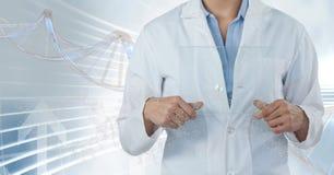 Hombre del doctor que se coloca con el filamento de la DNA 3D Imágenes de archivo libres de regalías