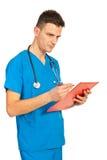 Hombre del doctor que toma notas Fotos de archivo