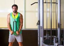 Hombre del entrenamiento de la polea del pressdown del tríceps alto Fotografía de archivo