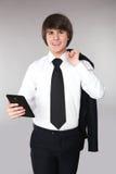Hombre del estudiante que sostiene el teléfono elegante Sonrisa adolescente hermosa confiada Fotografía de archivo libre de regalías
