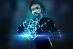 Hombre del futuro con el traje negro del látex y las luces de neón azules Imagen de archivo