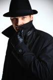 Hombre del gángster en sombrero y capa Imagenes de archivo