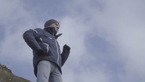 Hombre del ganador que aumenta las manos, cámara lenta del fondo del cielo almacen de metraje de vídeo
