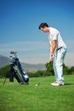 Hombre del golf del tiro de acercamiento Foto de archivo libre de regalías