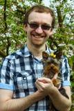 Hombre del hilado de la felicidad con el terrier de York Imagen de archivo