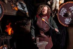 Hombre del hogar uno del fuego de la piel del escudo del hacha del equipo del arma del guerrero del forjador de la fragua de la r fotografía de archivo libre de regalías