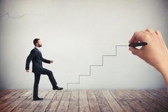 Hombre del hombre de negocios en un desgaste formal que sube las escaleras dibujadas Fotos de archivo